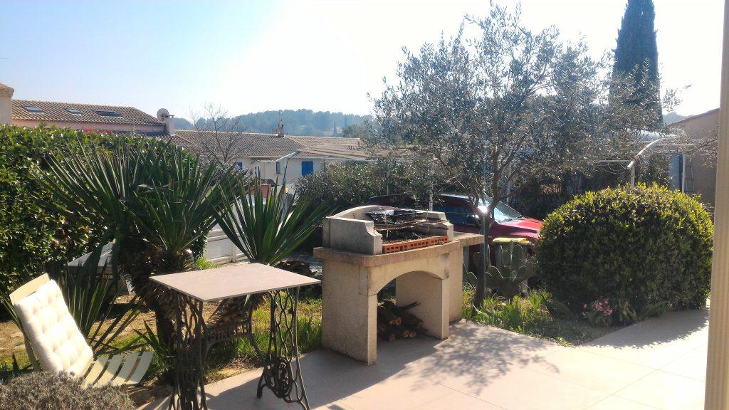 villa plain pied Teyran: jardin paysagé avec terrasses